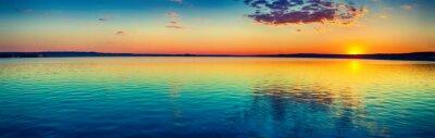 Fototapeta Zachód słońca nad jeziorem. Niesamowity krajobraz panoramy