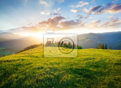 Fototapeta Zachód słońca w dolinie górskiej. Piękny naturalny krajobraz w okresie letnim