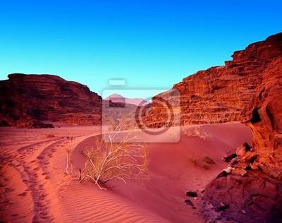 Zachód słońca w pustyni z piasku i górskich. Krajobraz.