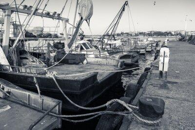 Fototapeta Zacumowane łodzie rybackie z sieci suszenia w Nesebyr