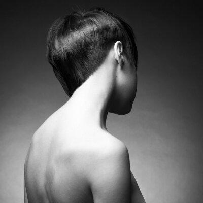 Fototapeta Zakręć dziewczyny z eleganckim włosy krótkie