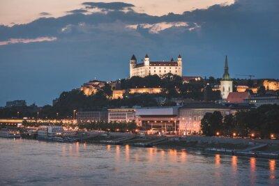 Fototapeta Zamek Bratysława, Słowacja w nocy, jak wynika z mostu nad rzeką Dunaj Na Stare Miasto w Bratysławie.