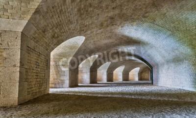 Fototapeta Zamek tunelu wnętrze z serią łuków w zrujnowanym bastion twierdzy.