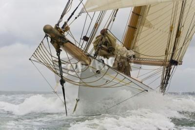 Fototapeta Zamknij się na dziobie łodzi klasycznej fali zerwania przez