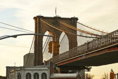 Fototapeta Zamknij się z filaru mostu Brooklynie o zachodzie słońca