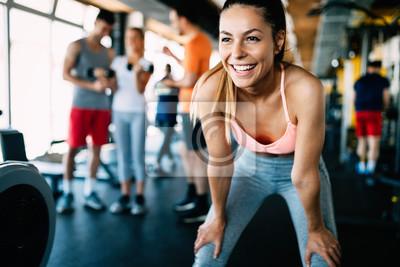 Fototapeta Zamknij w górę obraz atrakcyjne Dopasuj kobieta w siłowni