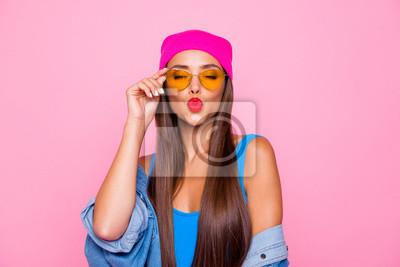 Fototapeta Zamyka w górę fotografia portret winsome dosyć śliczny uroczy słodki uradowany ładny damy dosłanie całuje ciebie jest ubranym pomarańczowych przejrzystych szkła zamykających oczy odizolowywał pastelow