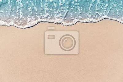 Fototapeta Zamyka w górę miękkiej części fala owijał piaskowatą plażę, lata tło.