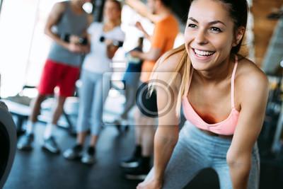 Fototapeta Zamyka w górę wizerunku atrakcyjna dysponowana kobieta w gym