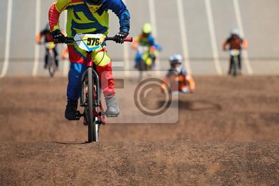 Fototapeta Zawodnicy BMX rywalizują w klasie dla dzieci