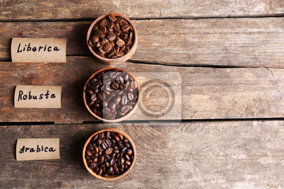 Zbiór ziaren kawy na starym drewnianym stole, z bliska