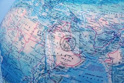 Fototapeta zbliżenie kuli ziemskiej koncentruje się na Bliskim Wschodzie z niebieskim backgrou