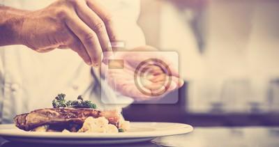 Fototapeta Zbliżenie połowie odcinka kucharz oddanie soli