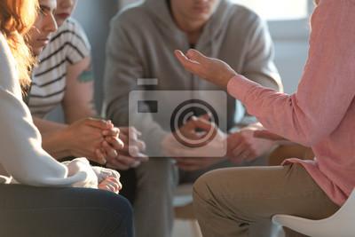 Fototapeta Zbliżenie: terapeuta gestykuluje podczas rozmowy z grupą młodzieży podczas edukacyjnej samokonkurencji i spotkania motywacyjnego.