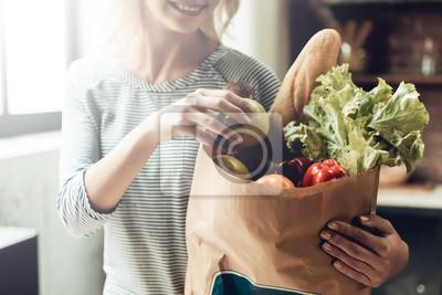 Fototapeta Zbliżenie uśmiechnięta dziewczyna trzyma torbę zdrowej żywności