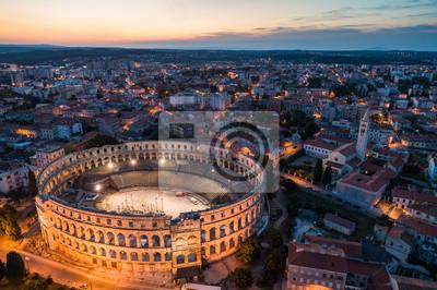 Fototapeta Zdjęcie lotnicze rzymskiego Koloseum w Puli, Chorwacja w nocy