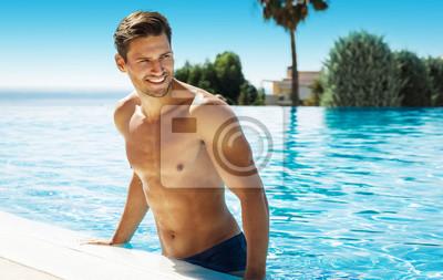 Fototapeta Zdjęcie przystojnego mężczyzny uśmiechnięta w basenie w lecie scenerii