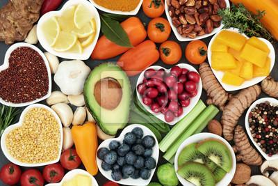 Fototapeta Zdrowa żywność dla koncepcji fitness z owoców, warzyw, roślin strączkowych, ziół, przypraw, orzechów, ziaren i roślin strączkowych. Zawiera antocyjany, przeciwutleniacze, inteligentne węglowodany, ome