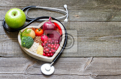 Fototapeta Zdrowe jedzenie w serca i cholesterol diety koncepcji na starych deskach