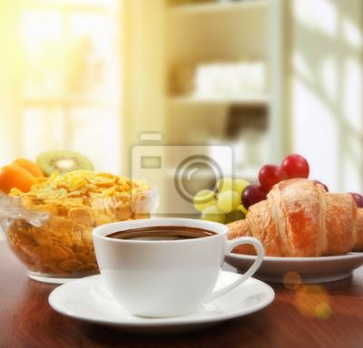 zdrowe śniadanie z kawą, w słoneczny poranek
