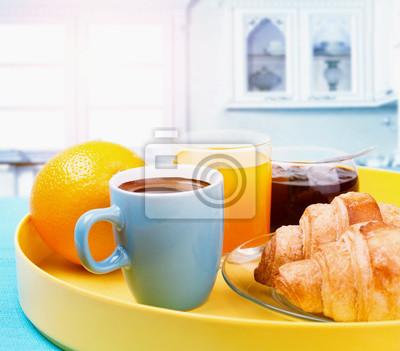 zdrowe śniadanie z kawy, rogalików i soku pomarańczowego