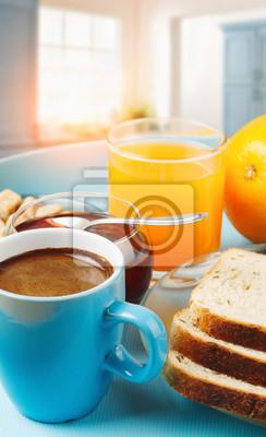 zdrowe śniadanie z kawy, tostów i świeżego soku pomarańczowego w