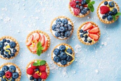 Fototapeta Zdrowy deser ciasta latem. Berry tartlets lub ciasto z góry sera topionego.