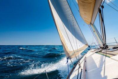 Fototapeta Żeglowanie lboat na otwartym morzu w słońcu