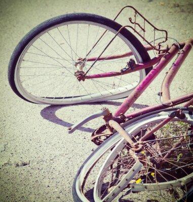 Fototapeta zepsuty rower porzucony na skraju drogi