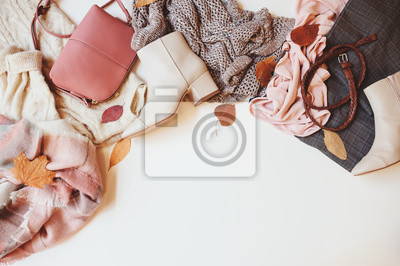 Fototapeta zestaw sezonowych jesień kobieta moda ubrania, widok z góry z miejsca na kopię. Modne buty, sweter i torebka.