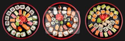 Fototapeta Zestaw sushi nigiri, bułki i sashimi podawane w tradycyjnym japońskim okrągłym talerzu Sushioke. Na ciemnym tle