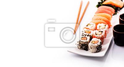 Fototapeta Zestaw sushi samodzielnie nad białym