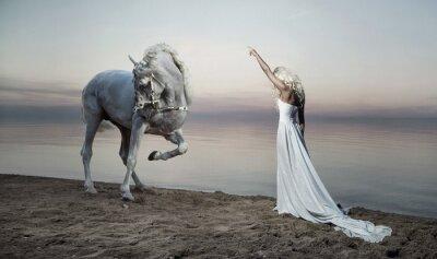 Fototapeta Zgrabna kobieta, stojąca naprzeciwko konia