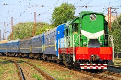 Fototapeta Zielona i niebieska lokomotywa samochody osobowe.