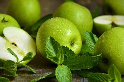 Fototapeta Zielone jabłka z liśćmi mięty.