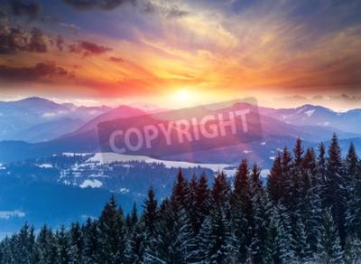 Fototapeta Zima sceny z zachodem słońca w górach