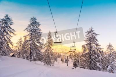 Fototapeta Zima w górach panorama z tras narciarskich i wyciągów narciarskich w pobliżu ośrodka narciarskiego Vogel, Słowenia