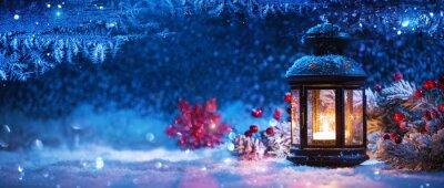 Fototapeta Zimowa dekoracja ze świecznikiem w pobliżu ośnieżonego okna. Bożenarodzeniowy Tło