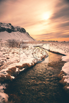Zimowy pejzaż z wodospadem, Islandia