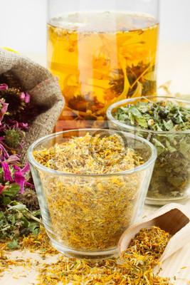 zioła lecznicze i zdrowe herbaty na drewnianym stole, ziołolecznictwie