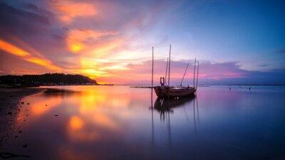 Fototapeta Złamane statku z zachodem słońca