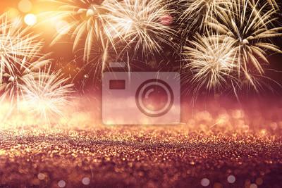 Fototapeta Złociści i Czerwoni fajerwerki i bokeh w nowy rok wigilii tła wakacje.