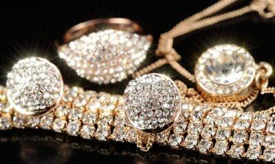 Fototapeta Złote kolczyki, bransoletka, pierścionek i wisiorek z łańcuchem
