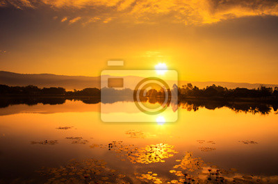 złoty zachód słońca nad rzeką