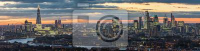 Fototapeta Zmierzch za nowożytną linią horyzontu Londyn, UK