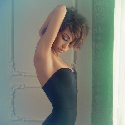 Fototapeta Zmysłowa kobieta w klasycznym wnętrzu