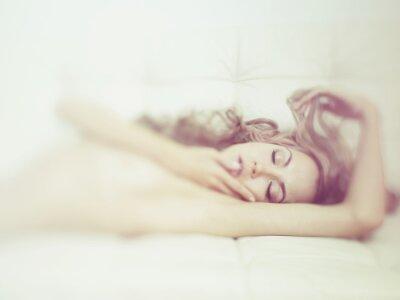 Fototapeta Zmysłowa kobieta w łóżku