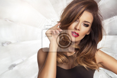 1eb5878eed Fototapeta Zmysłowa piękna brunetka kobieta stwarzających w sukience.  Dziewczyna z długimi kręconymi włosami.