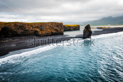 Fototapeta Zobacz na plaży Kirkjujfjara i klif Arnardrangur. Lokacja Myrdal dolina, Atlantycki ocean blisko Vik wioski, Iceland, Europa. Sceniczny wizerunek zadziwiający natura krajobraz. Odkryj piękno ziemi.