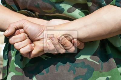 żołnierz z rąk, za